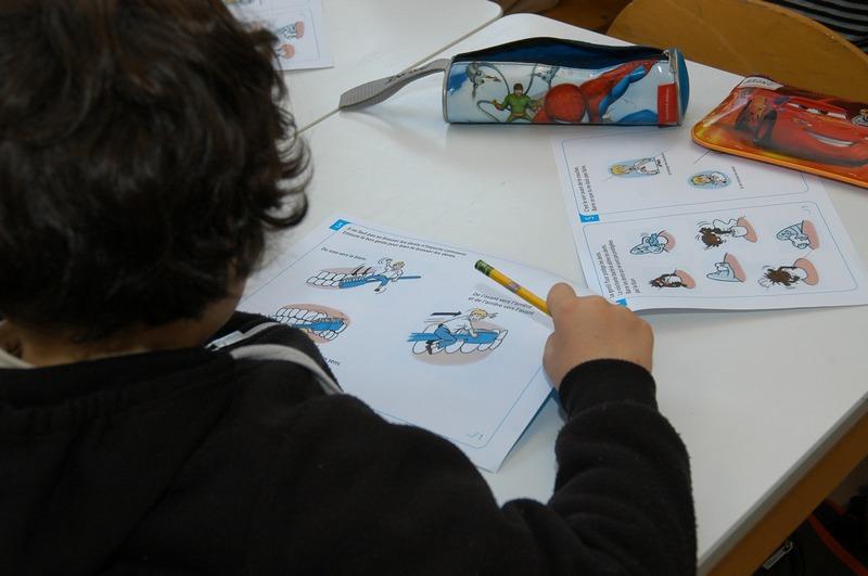 À la fin de chaque séance de sensibilisation, les enfants mettent en pratique les connaissances nouvellement acquises à travers des jeux.© Pierre Cassagne – Cpam de Paris - janvier 2013