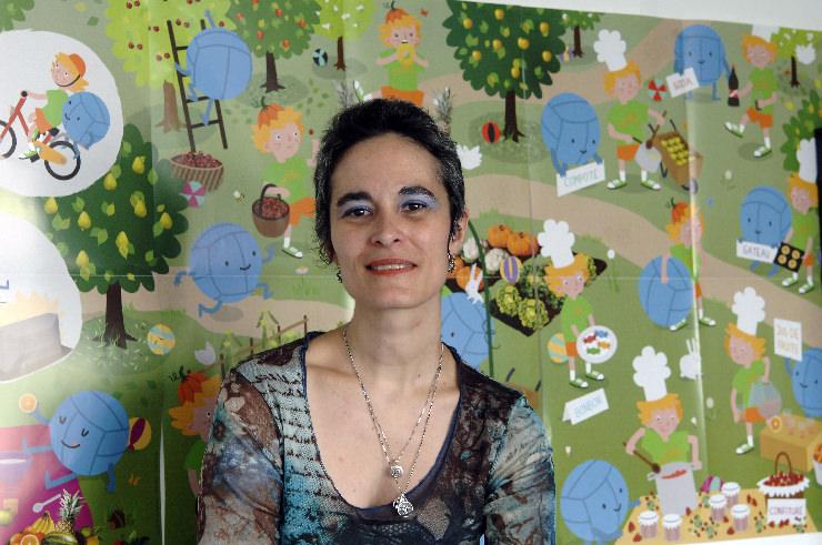 Nathalie Riant, diététicienne à la Cpam de Paris, devant le poster Croc'futé © juin 2013 - Cpam Paris_Gérard Schaeffer