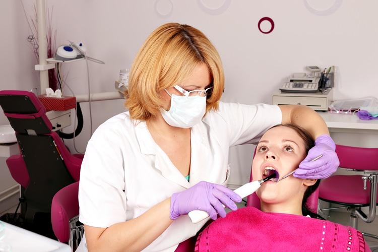 Patiente et dentiste au caibnet© goce risteski - Fotolia.com