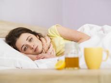 femme au lit avec un rhume