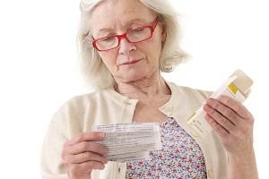Femme lisant la notice des médicaments génériques