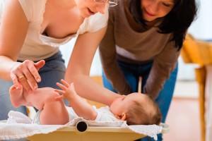 Mère-enfant-change couche_Fotolia_70867350_Kzenon