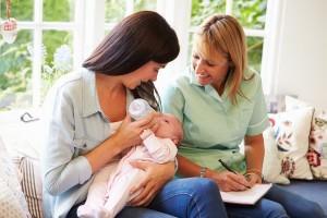 Mère et enfant avec sage-gemme, à domicile après accouchement