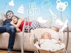 nouveau-né dormant dans cosy et parents dans canapé