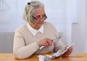 senior lit notice de médicament à la loupe