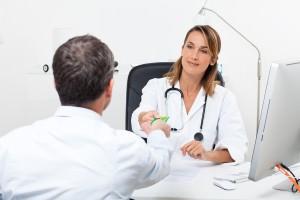 femme médecin en consultation prenant la carte vitale d'un patient, téléservices, services en ligne
