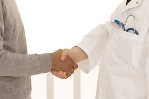Poigne de main - Mdecin / Patient, sortie hôpital, retour à domicile