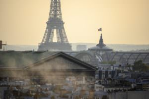 vue des toits de Paris en train de baigner dans un nuage de pollution